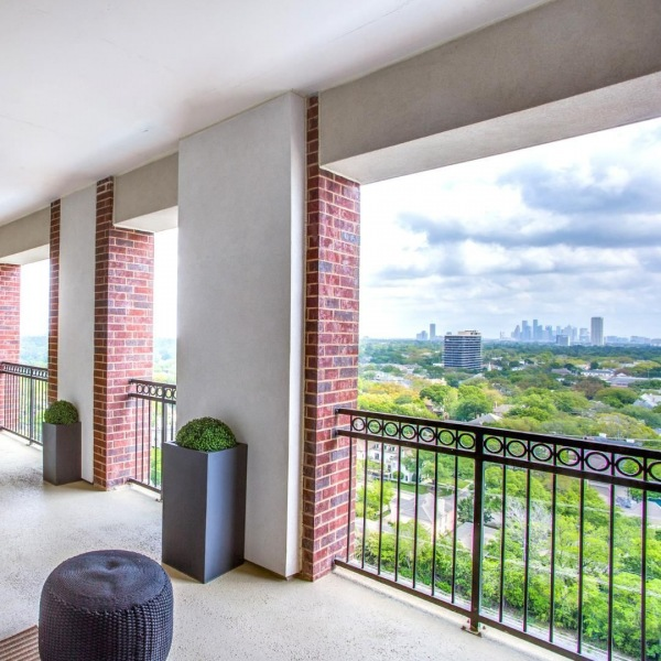 Blue skies above. Bustling city below. • There's just something so peaceful and inviting about sitting out on the balcony early in the morning, and as the sun sets. • Enjoy every moment from the comfort of your home at The Ivy. • • • • • #ivyriveroaks #theivy #liveivy #houstonliving #houstonapartments #houstonapts #riveroaks #uptownhouston #riveroakshouston #memorialpark #uptownapartment #riveroaks #waterwallhouston